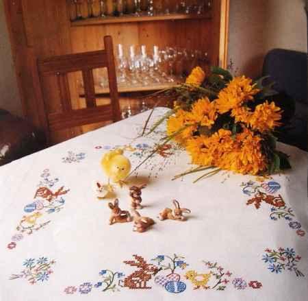 Csibe és nyuszi előfestett keresztszemes asztalterítő