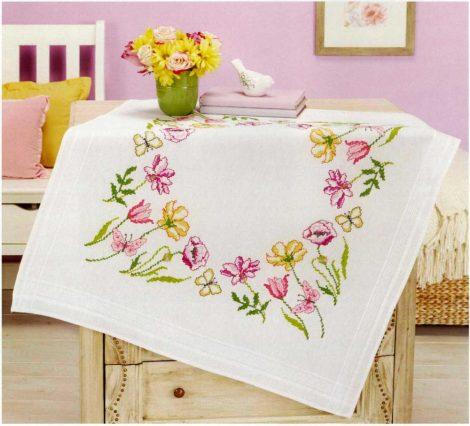 Virágok és lepkék - előfestett keresztszemes terítő
