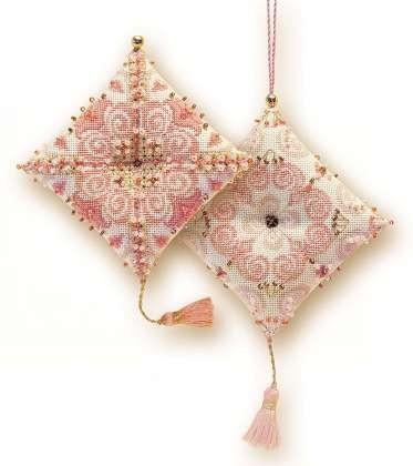 Rózsaszín mintás tűpárna - Riolis keresztszemes készlet gyöngyökkel